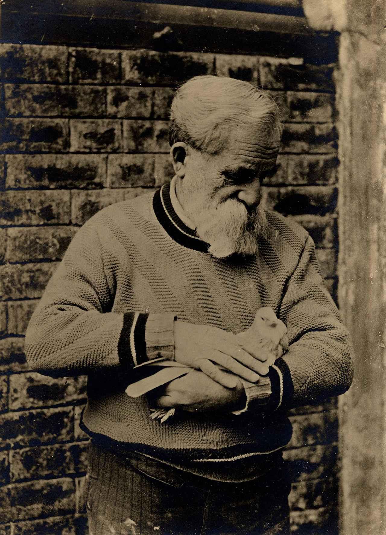画像: 「鳩を抱くポンポン」写真(撮影年不詳) 群馬県立館林美術館蔵