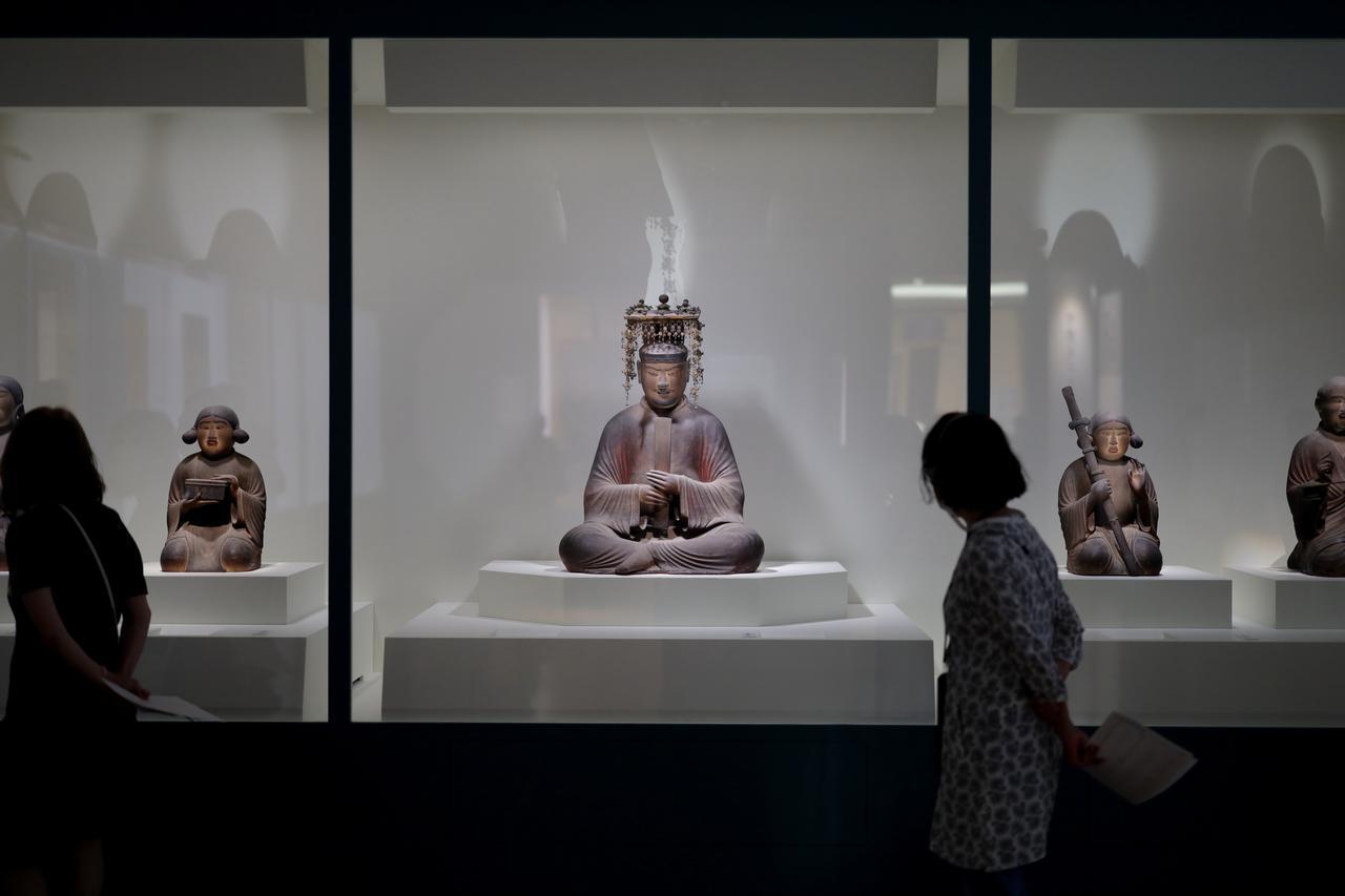 画像: 国宝 聖徳太子および四侍者像 平安時代・保安2(1121)年 奈良・法隆寺(聖霊院安置・秘仏) 中央の聖徳太子の右に弟の殖栗王、左に卒末呂王。右端に息子の山背大兄王、左端に太子の仏教の師となった渡来僧の恵慈法師。太子の没後500年遠忌に造立された。