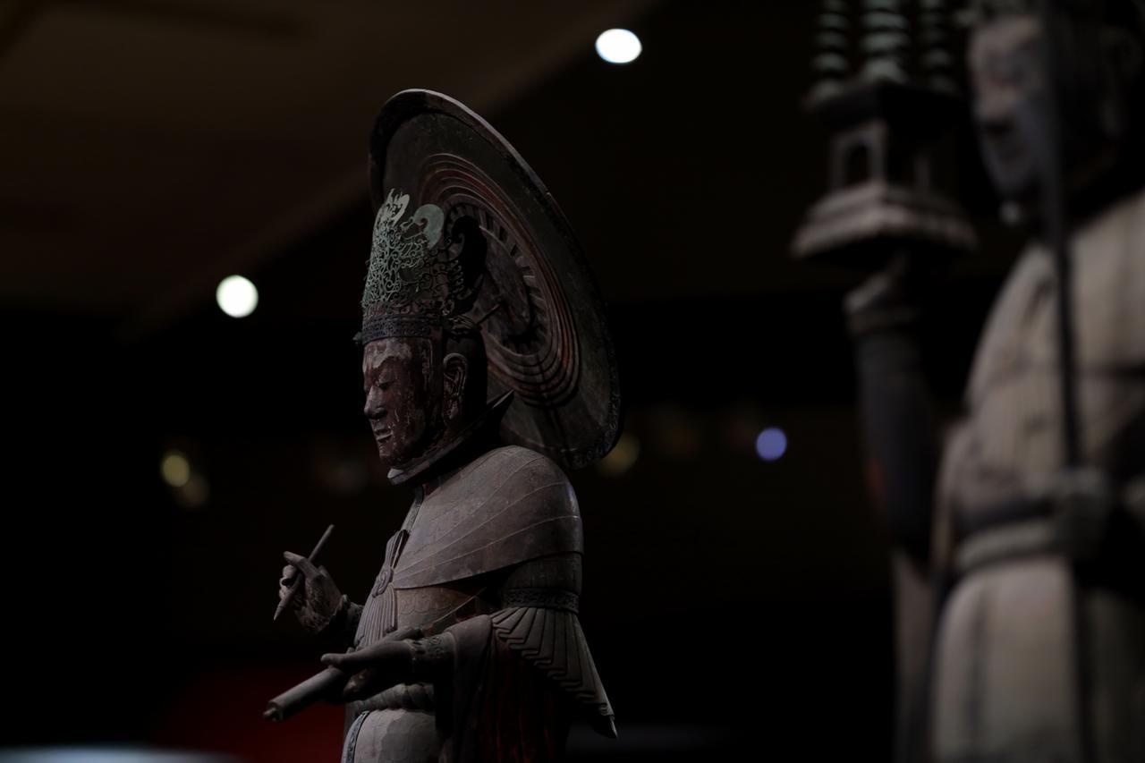 画像: 国宝 四天王立像 広目天(手前に多聞天) 飛鳥時代・7世紀 奈良・法隆寺 (金堂安置) 光背裏に製作した仏師の名が「山口大口費」と記されている。『日本書紀』によれば天智天皇の時代に千体仏を造ったとされ、日本で公的記録に名前が書かれた最初の仏師。