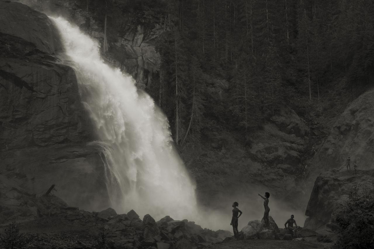 画像: Im  Wald, Am Wasserfall, 2020 © Erwin Oraf