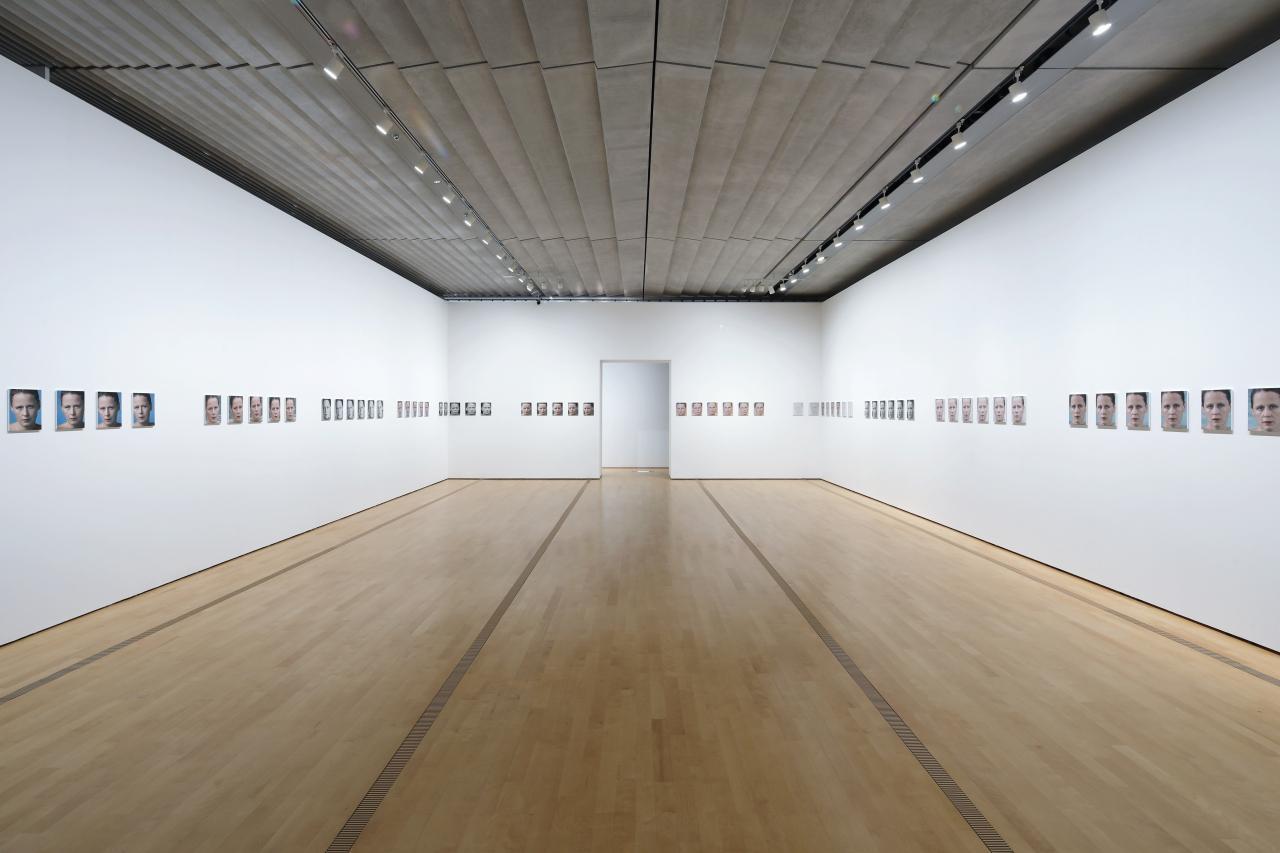 画像: 《あなたは天気 パート2》(部分) 2010-2011年 64点のCプリント、36点の白黒印刷、PVCボードにマウント Courtesy of the artist and Hauser & Wirth © Roni Horn Photo: Koroda Takeru