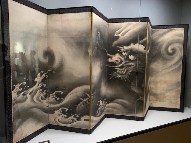 画像: 龍虎図屏風 山田道安 室町時代 16世紀 会場内風景 ©椿シャタル