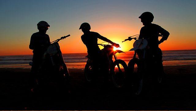 画像: 西へ東へ旅するバイクたち。そこに理由なんていらない