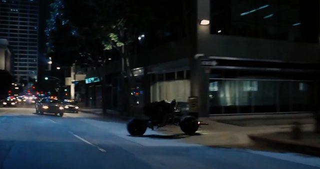 画像4: マルケスも真っ青な超絶コーナリングで、闇に消えてゆく夜の騎士