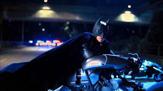画像1: マルケスも真っ青な超絶コーナリングで、闇に消えてゆく夜の騎士