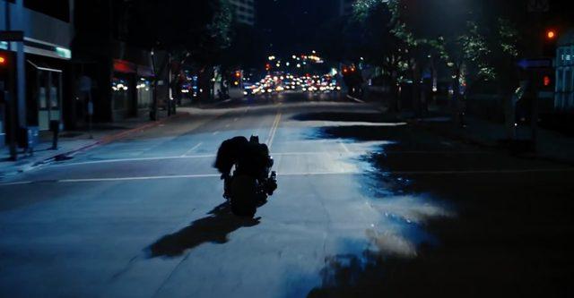画像2: マルケスも真っ青な超絶コーナリングで、闇に消えてゆく夜の騎士