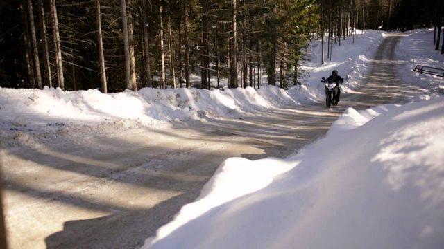 画像: 冬のツーリングの醍醐味を静かに教えてくれるドカの旅