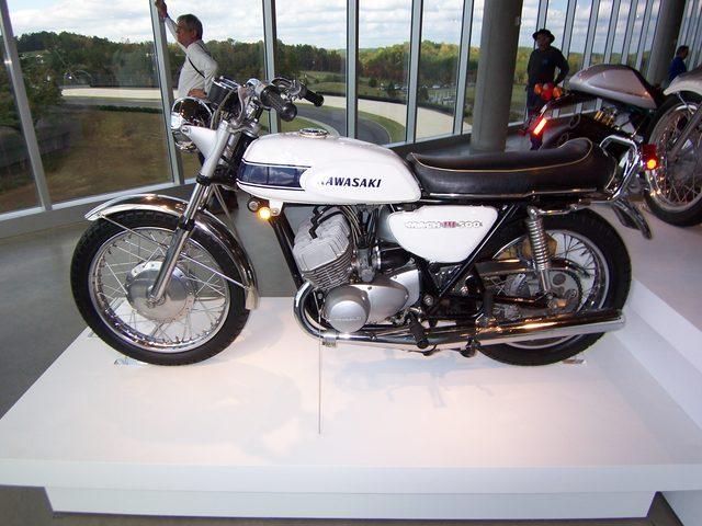画像: トーマスが選ぶ【カネがあったら買っちゃうぞ】のバイク:第1回  カワサキ 500SS MACH III - LAWRENCE(ロレンス) - モーターサイクルやスポーツカー、ラグジュアリーなハイファッションをクロスオーバーさせ、新しいライフスタイルを提案します。