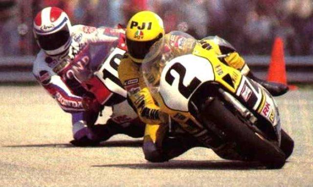 画像: 1984年デイトナ、ヤマハ13連勝最後の年のYZR700(0W69)と勝者ケニー・ロバーツ。後ろはフレディ・スペンサー(ホンダ) www.motosclassicas70.com.br