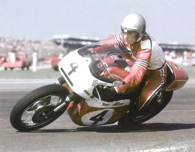 画像: BSAロケット3を駆るディック・マン www.motorcycleclassics.com
