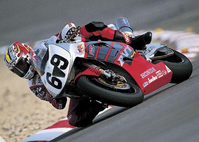 画像: 2002年勝者で、2006年モトGP王者となったニッキー・ヘイデンとRC51 www.motorcycledaily.com
