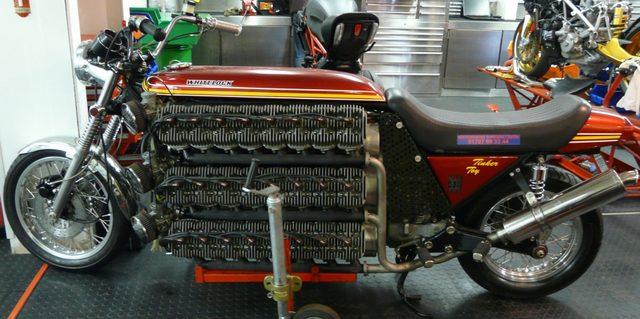 画像: なんだか、完成したシリンダーヘッドを並べる、工場内の陳列棚にしか見えません(笑) hertfordshiresuperbike
