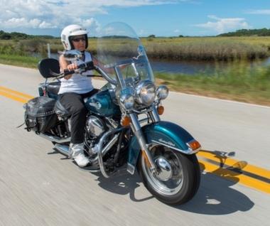 画像: 昨年9月、フロリダでのイベントに向け颯爽とハーレーを走らせる media.nj.com