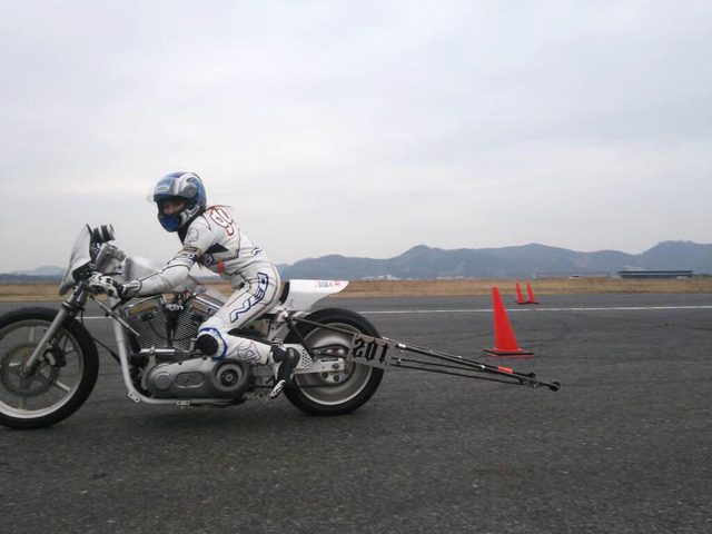 画像: フロントタイヤが浮くのを防ぐため後方に伸びたウィリーバーに本気を感じる