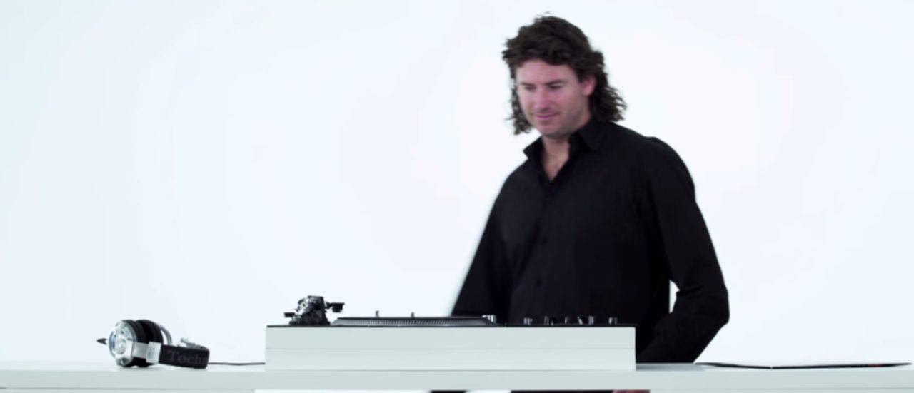 画像: 古いレコードプレイヤーとヘッドフォン