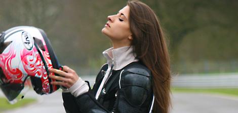 画像: 走りでも魅せ、停車時も魅せる・・・理想的なスタントライダーですね? blogs.mirror.co.uk