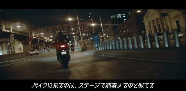 画像: 観客に向かうステージと、風に向かうバイクは似ている
