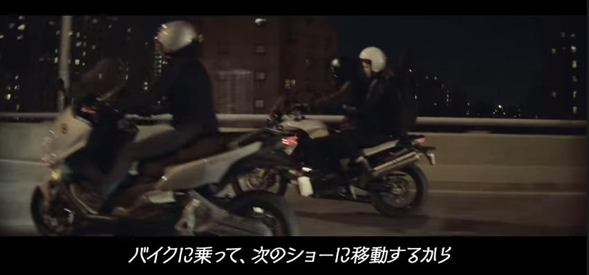 画像: 次のライブ場所へバイクで移動する