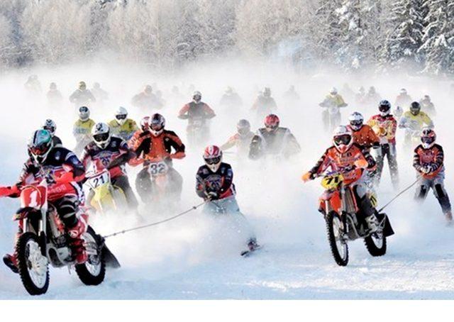 画像: モーターサイクルとスキーヤーが一体となってレース! アタマオカシイです(笑) www.teoriya.ru
