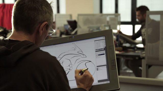 画像: デザイナーの緻密な作業