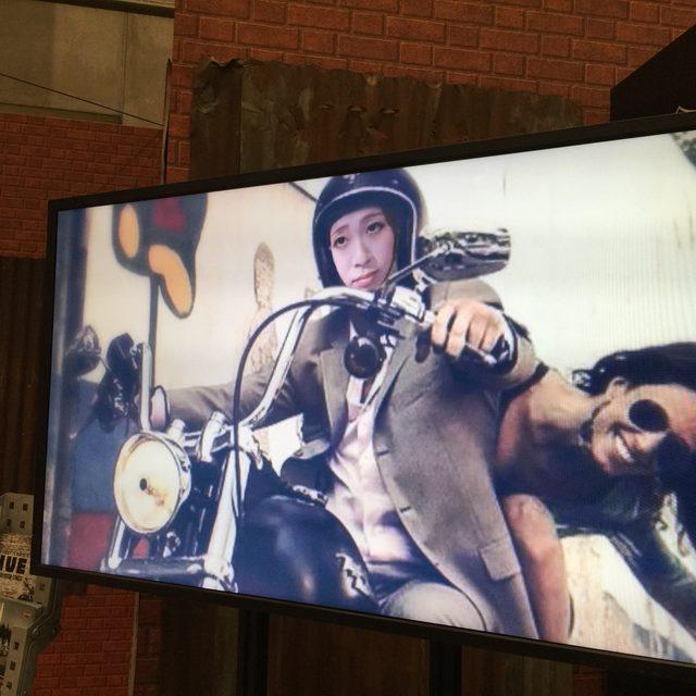 画像: 横のモニターには、Koda記者が颯爽とストリート750を乗りこなしているではないか!