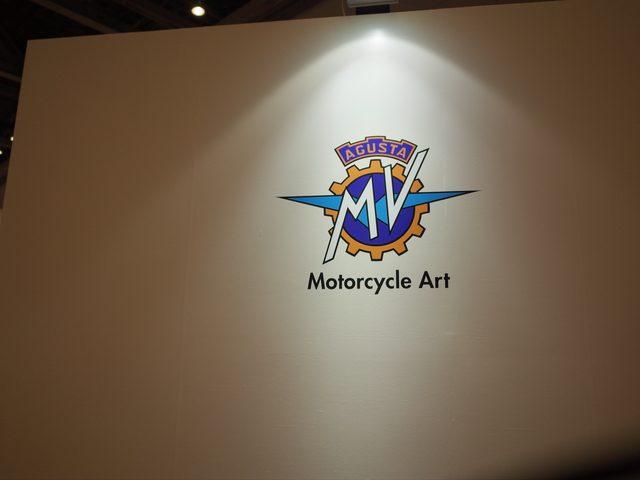 画像: 白い壁に覆われた展示ブース。開放的な他のブースとは対照的である。Motorcycle Artというタグラインもまた、孤高の印象を強めている。
