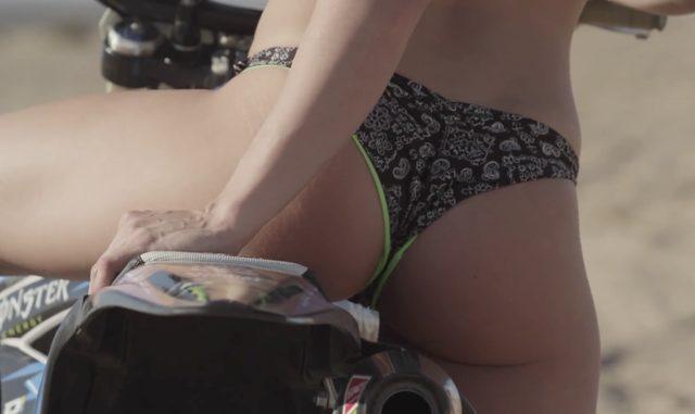 画像: バイクにまたがり youtu.be