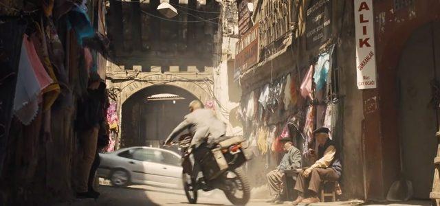 画像: 中東の街中を激走!