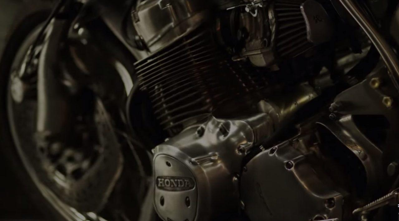 画像: エンジンはむき出しのセクシーさ