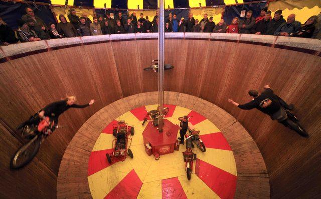 画像: バレル状の走路を、観客の人たちは上から見下ろすことになります。 www.fstoppress.com