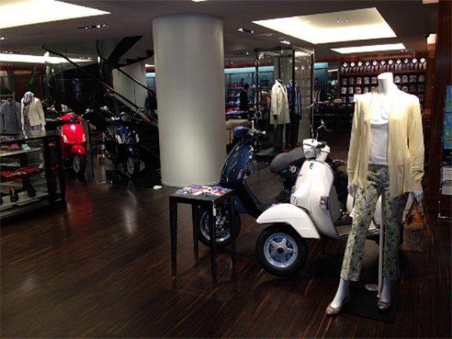 画像: ポール・スチュアート青山店、5台の最新ベスパを特別展示