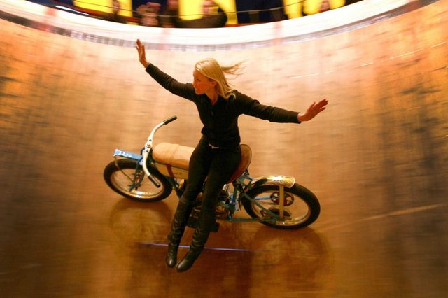 画像: 横座り、ノーハンドという曲芸を披露するケリさん。お見事death! www.fstoppress.com