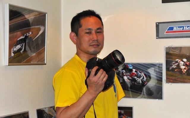 画像: アマチュアレース支える片腕のカメラマン
