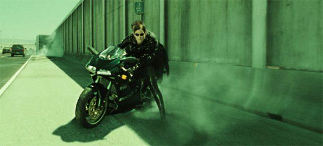画像: 「マトリックス:リローデッド」のトリニティ。ドゥカティに乗り無茶苦茶なことします(笑) www.maniado.jp