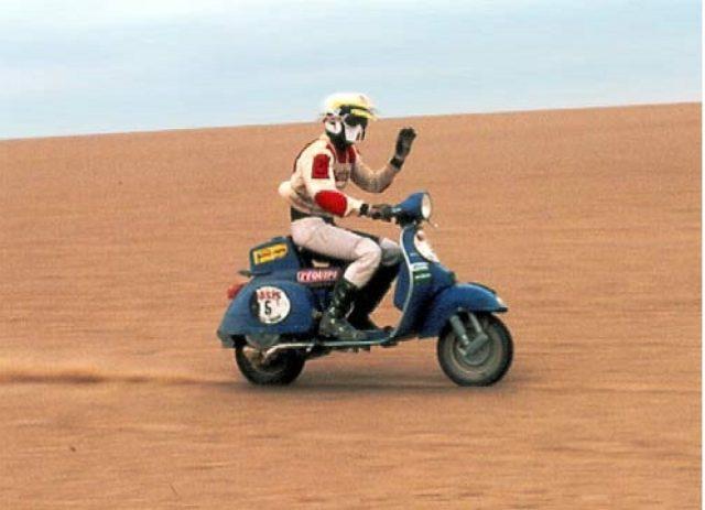 画像: ベルナルド・チェルニアウスキーとベスパ200Eの勇姿! cdn05.motorsportretro.com