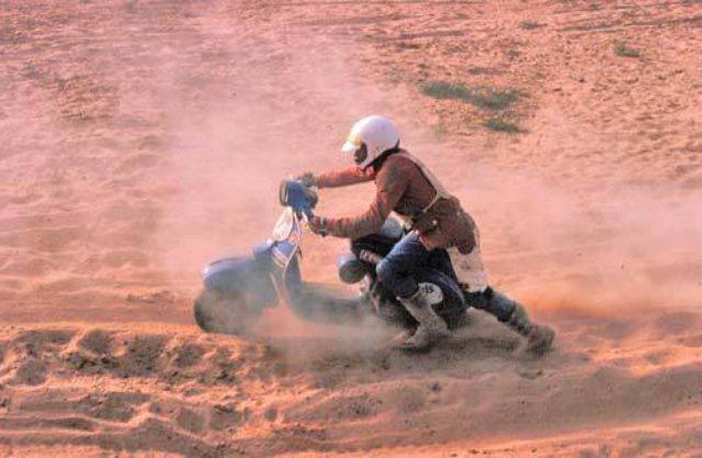 画像: 小径タイヤのスクーターで、砂漠を走るのは相当大変でしょうね・・・。 i36.photobucket.com