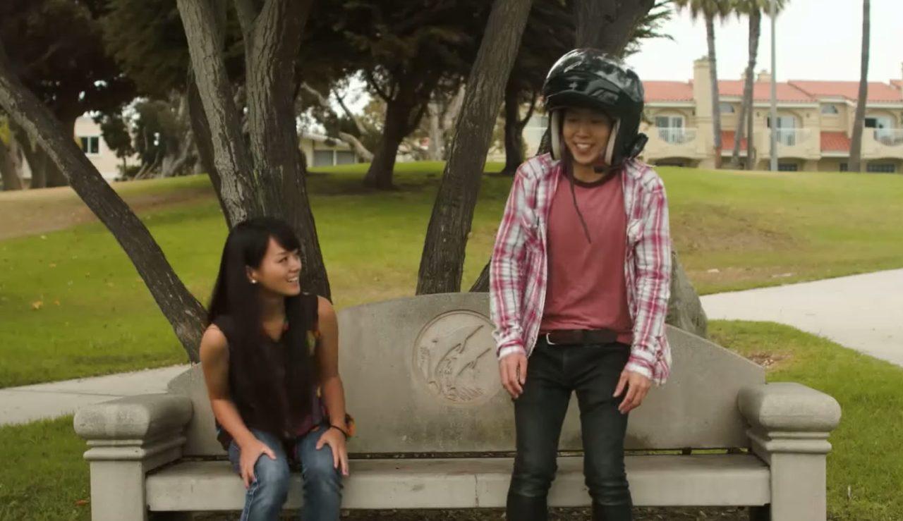 画像: さあデート開始。当然ヘルメットは脱がない。