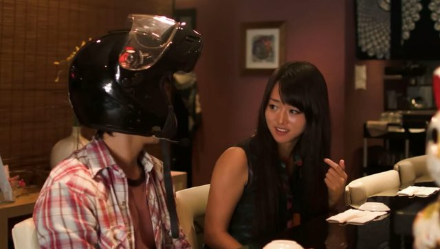 画像: いい感じのお店でデート。ヘルメット男子、絶好調か!