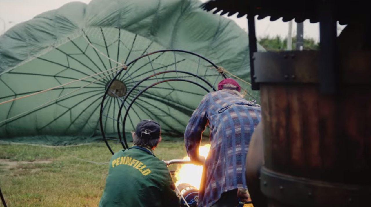 画像: 火を入れる二人! www.youtube.com