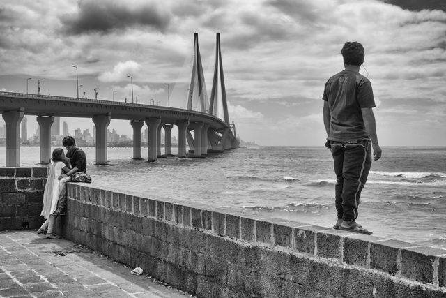 画像: 波、雲、カップル、一人の男、橋。向きが違う三つの直線が織りなす複雑な立体感。 www.semetko.com