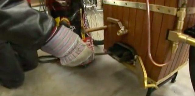 画像: 燃料は石炭です。ボイラーの蓋を開けて補充します。