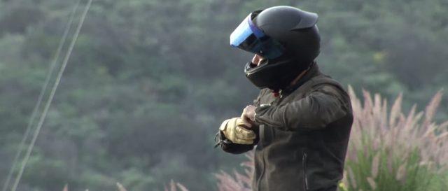 画像: ヘルメットを脱ぐと?? www.youtube.com