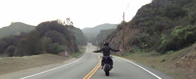 画像: あまりの気持ちよさにライダーもノリノリ www.youtube.com
