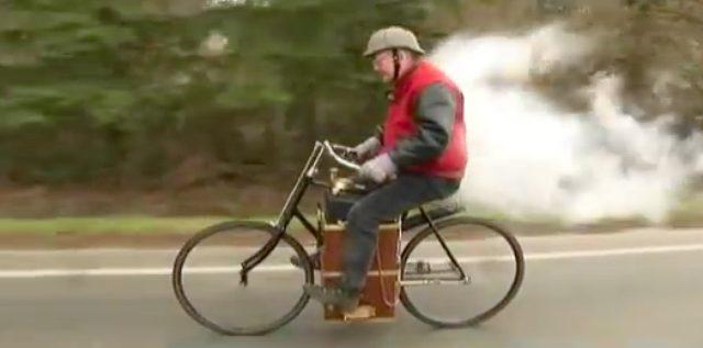 画像: 蒸気モクモクで走るローパー・スチーム・ベロシペード。