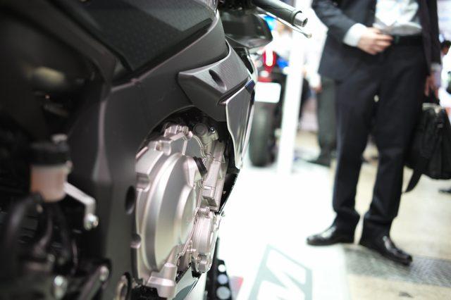 画像: 空力を犠牲にしないレベルでエンジンを外気に当てる工夫