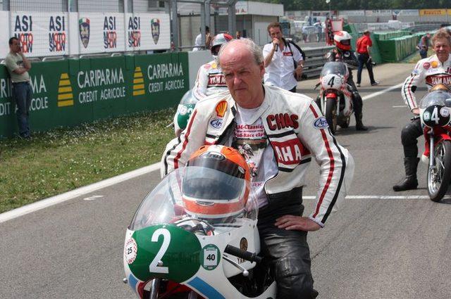 画像: 2009年の欧州のヒストリックイベントにて、ヤマハファクトリーの水冷250ccツインにまたがるチャスさん。 www.rodcoleman.be