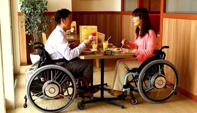 画像: タンデムのように、こうして寄り添っていけば辛いことも乗り切れるかもしれない。 www.youtube.com