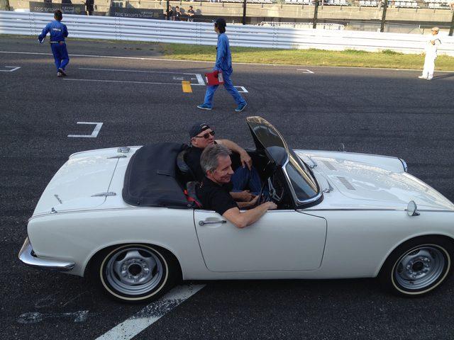 画像: イベント最終日のパレード。エディとケニーはホンダのS600に乗り参加。整列して待機している状態なのに、クラクションをバンバン押して前のクルマを煽る?エディがウケました(笑)。