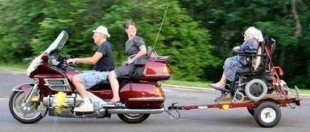 画像: 車椅子のおばあちゃんも、モーターサイクリングを満喫! ・・・怖くはないのでしょうか? lm-shop.s3.amazonaws.com