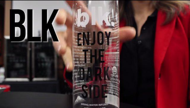 画像: 飲み干すと、「ENJOY THE DARK SIDE」の文字が。おしゃれか! youtu.be